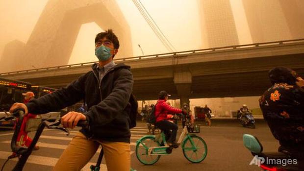 Cuồng phong mạnh nhất thập kỷ đổ bộ, cả Bắc Kinh chìm trong màu nâu nhạt - Ảnh 3.