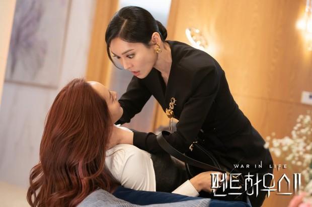 Netizen chỉ trích loạt chi tiết phi lý trong Penthouse 2: Hết nhai thẻ sim đến tiêm thuốc xóa kí ức - Ảnh 1.