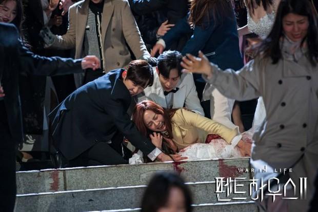 Netizen chỉ trích loạt chi tiết phi lý trong Penthouse 2: Hết nhai thẻ sim đến tiêm thuốc xóa kí ức - Ảnh 4.