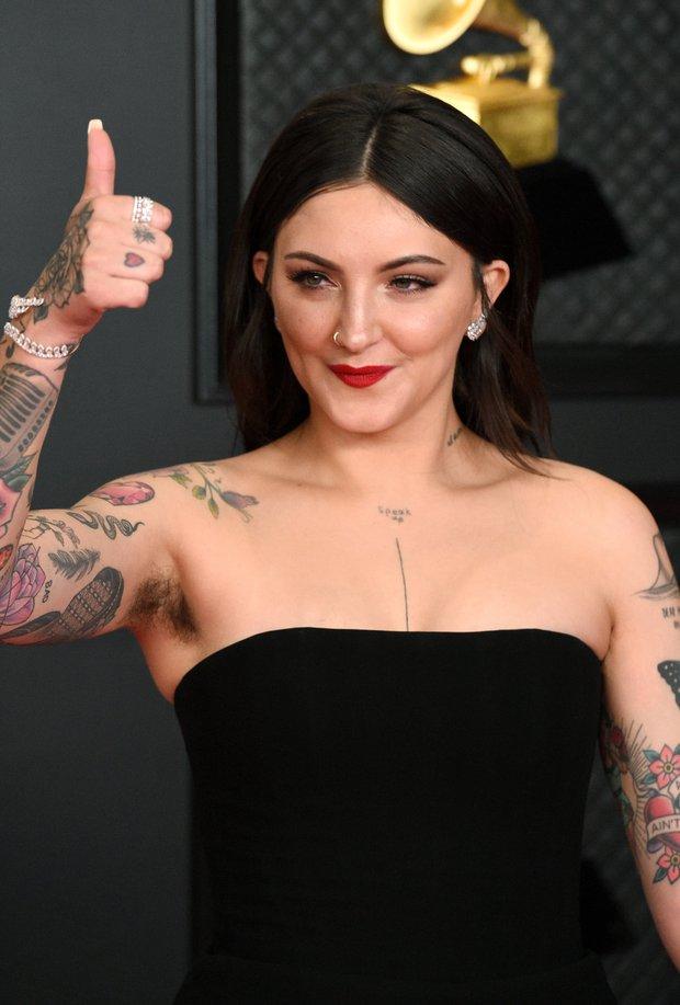Nữ ca sĩ khoe lông nách trên siêu thảm đỏ Grammy 2021, hoá ra là cô bạn thân từng hôn môi Selena Gomez mùi mẫn - Ảnh 4.
