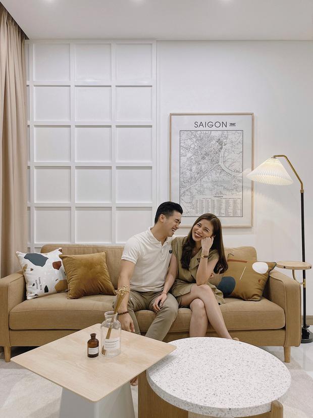 Cặp vợ chồng thiết kế nhà theo tông trắng - nâu đơn giản mà sang cực, nghe chia sẻ ý nghĩa tổ ấm là thấy ngưỡng mộ liền - Ảnh 1.