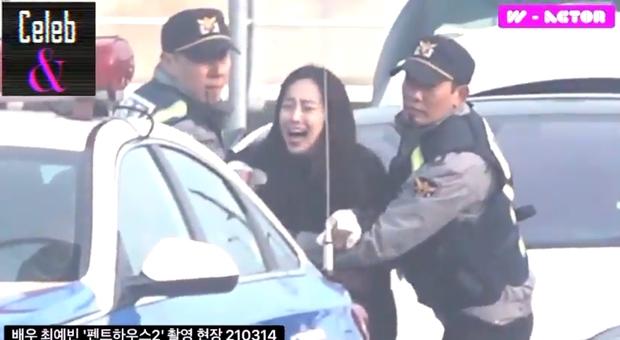 Sống ác xuyên 2 phần Penthouse, ác nữ Cheon Seo Jin vẫn chịu cảnh quỳ gối tới 3 lần vì một lý do duy nhất - Ảnh 12.