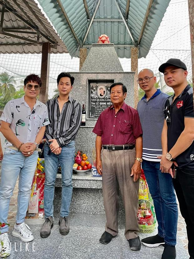 Dàn sao Việt viếng mộ Vân Quang Long và trao 300 triệu giúp đỡ gia đình, Linh Lan có hành động bất ngờ với bố mẹ chồng - Ảnh 2.