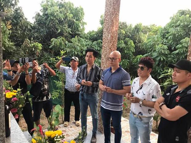 Dàn sao Việt viếng mộ Vân Quang Long và trao 300 triệu giúp đỡ gia đình, Linh Lan có hành động bất ngờ với bố mẹ chồng - Ảnh 3.