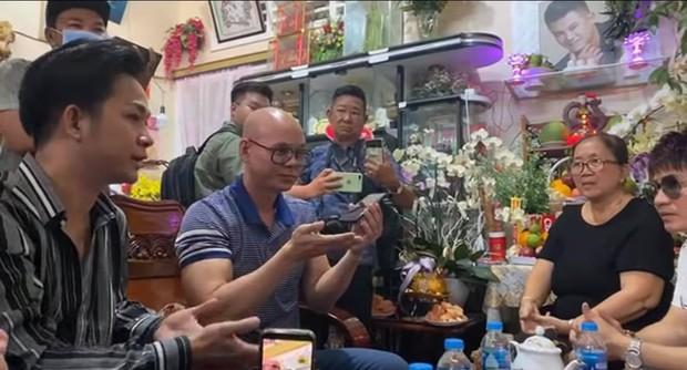 Dàn sao Việt viếng mộ Vân Quang Long và trao 300 triệu giúp đỡ gia đình, Linh Lan có hành động bất ngờ với bố mẹ chồng - Ảnh 5.