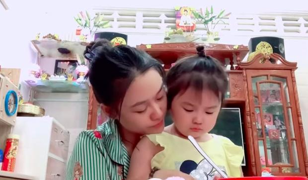 Hậu ồn ào, vợ Vân Quang Long lộ diện với đôi mắt sưng húp bên con gái, hình ảnh ngây thơ của bé Helen nhìn mà xót - Ảnh 5.
