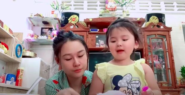 Hậu ồn ào, vợ Vân Quang Long lộ diện với đôi mắt sưng húp bên con gái, hình ảnh ngây thơ của bé Helen nhìn mà xót - Ảnh 3.