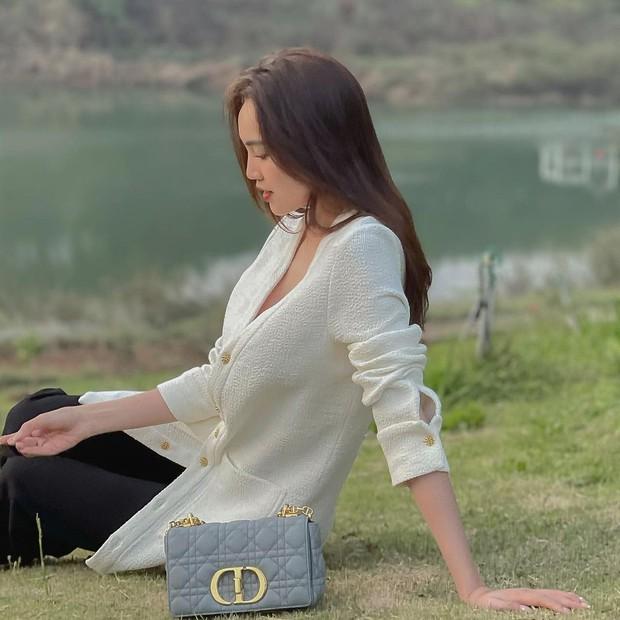 Đọ giá túi hiệu sao Việt tuần này: Toàn đồ nhìn mà mê, Ninh Dương Lan Ngọc còn tậu túi giống Jisoo - Ảnh 2.