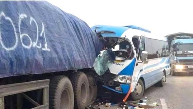 Hiện trường kinh hoàng vụ xe 29 chỗ chở khách đi lễ đền đâm đuôi xe đầu kéo trên quốc lộ - Ảnh 2.