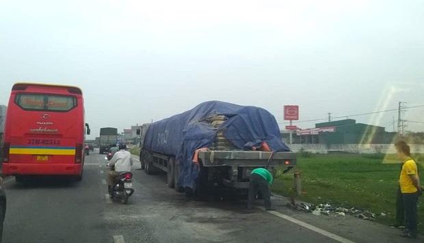 Hiện trường kinh hoàng vụ xe 29 chỗ chở khách đi lễ đền đâm đuôi xe đầu kéo trên quốc lộ - Ảnh 3.