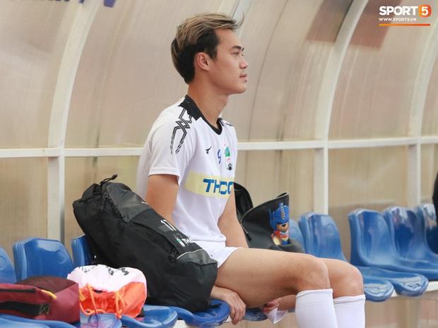 Văn Toàn chấn thương lật cổ chân, khó dự vòng 4 V.League - Ảnh 1.