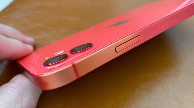 Nhiều mẫu iPhone 11 và iPhone 12 bị bay màu, lộ khung nhôm - Ảnh 1.