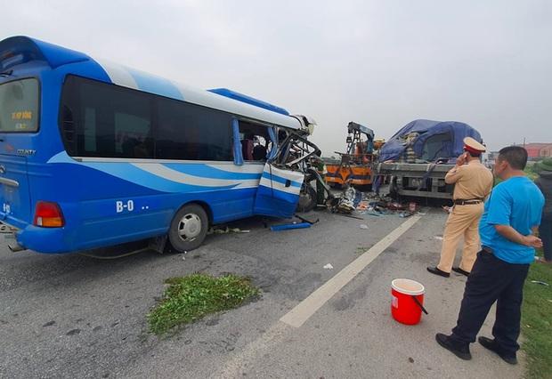 Hiện trường kinh hoàng vụ xe 29 chỗ chở khách đi lễ đền đâm đuôi xe đầu kéo trên quốc lộ - Ảnh 13.