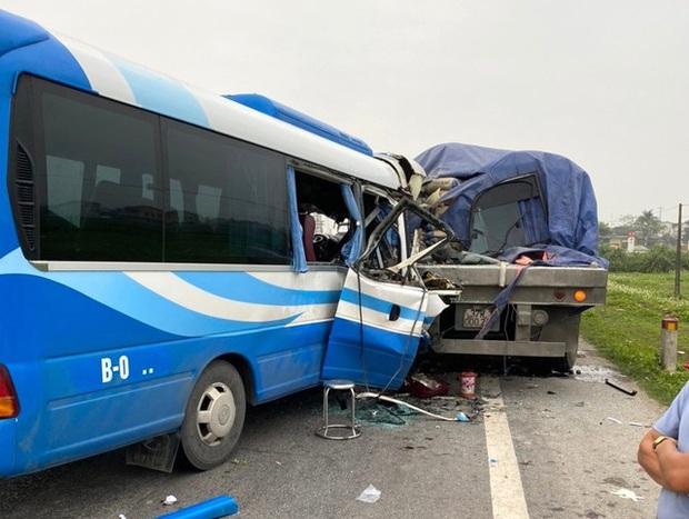 Hiện trường kinh hoàng vụ xe 29 chỗ chở khách đi lễ đền đâm đuôi xe đầu kéo trên quốc lộ - Ảnh 4.
