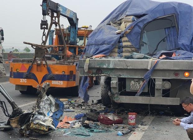 Hiện trường kinh hoàng vụ xe 29 chỗ chở khách đi lễ đền đâm đuôi xe đầu kéo trên quốc lộ - Ảnh 5.
