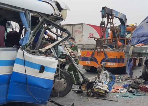 Hiện trường kinh hoàng vụ xe 29 chỗ chở khách đi lễ đền đâm đuôi xe đầu kéo trên quốc lộ - Ảnh 6.