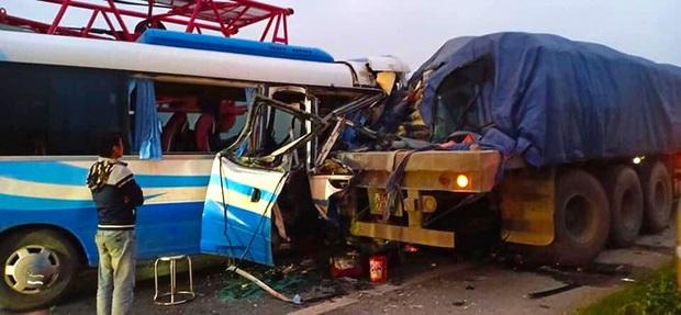 Hiện trường kinh hoàng vụ xe 29 chỗ chở khách đi lễ đền đâm đuôi xe đầu kéo trên quốc lộ - Ảnh 7.