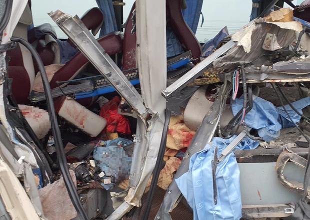 Hiện trường kinh hoàng vụ xe 29 chỗ chở khách đi lễ đền đâm đuôi xe đầu kéo trên quốc lộ - Ảnh 8.