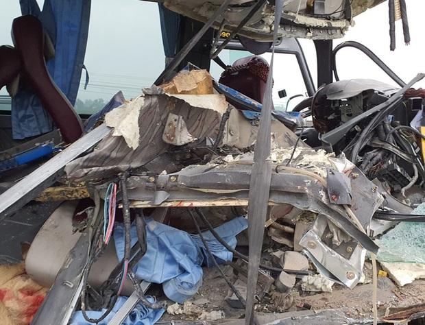 Hiện trường kinh hoàng vụ xe 29 chỗ chở khách đi lễ đền đâm đuôi xe đầu kéo trên quốc lộ - Ảnh 9.