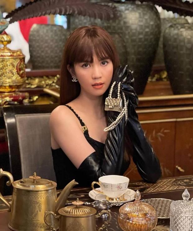 Jennie và G-Dragon tưởng đang sóng sánh túi đôi thì Ngọc Trinh từ đâu xuất hiện - Ảnh 6.