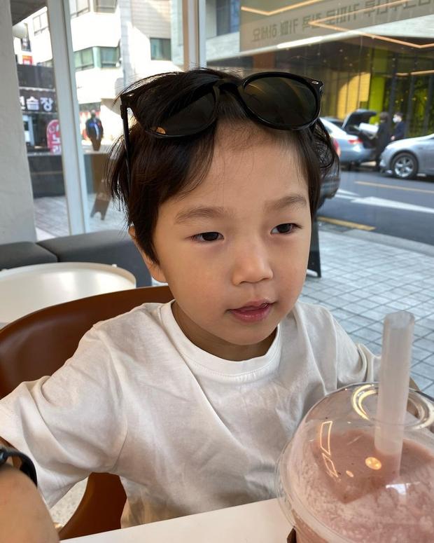 Một thời bị giấu kín, nay con trai Kang Gary lột xác thành mẫu nhí: Ai ngờ lớn thế này rồi, lại còn xinh muốn rụng tim - Ảnh 5.