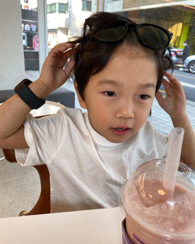 Một thời bị giấu kín, nay con trai Kang Gary lột xác thành mẫu nhí: Ai ngờ lớn thế này rồi, lại còn xinh muốn rụng tim - Ảnh 6.