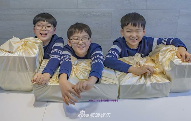 Ảnh sinh nhật 9 tuổi của Daehan - Manse - Minguk gây bất ngờ: Ba hoàng tử bé khoe chân siêu dài, visual khác hẳn ngày trước - Ảnh 3.