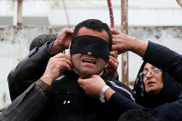Iran treo cổ 4 tên cưỡng hiếp phụ nữ trước mặt chồng nạn nhân - Ảnh 1.