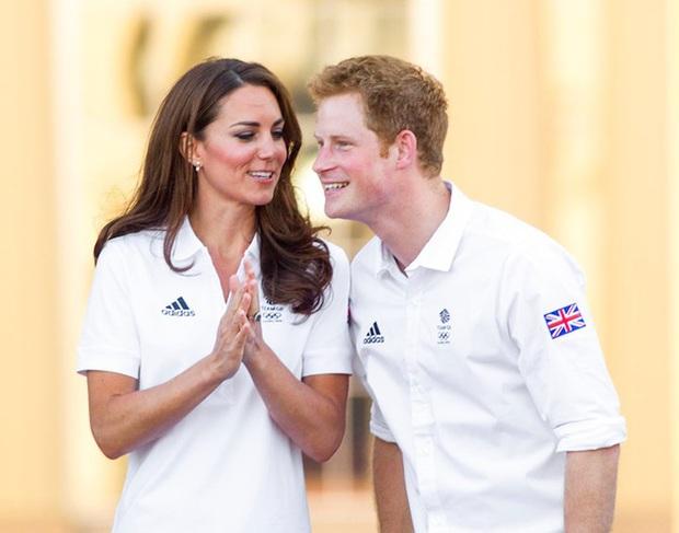 Harry từng khiến chị dâu Kate bật khóc tại lễ cưới với Hoàng tử William, nhìn lại mối quan hệ chị dâu - em chồng ai cũng tiếc nuối - Ảnh 3.