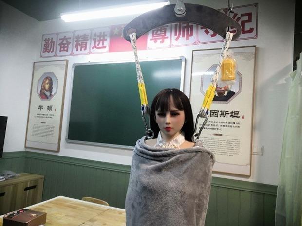 Thiên đường kiểu mới của các thanh niên Trung Quốc ế vợ - Trải nghiệm người lớn với búp bê tình dục - Ảnh 1.