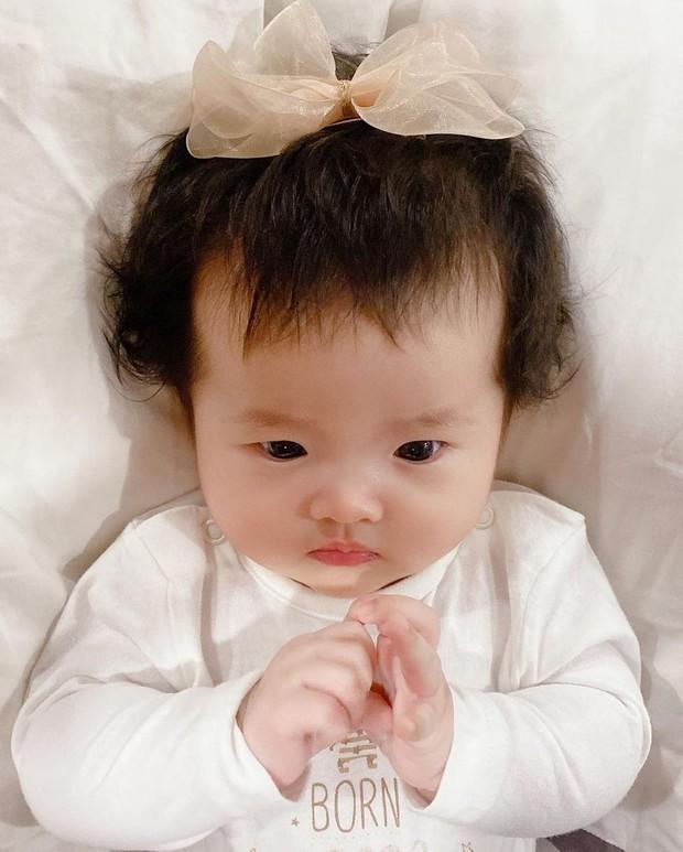 Hết bị trêu là má bánh bao, thế lực nhí 5 tháng tuổi của Đông Nhi lại bị lôi ra làm mẫu tóc cho mẹ - Ảnh 2.
