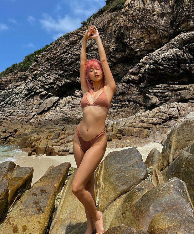 Quỳnh Anh Shyn thay hẳn 2 bộ bước vào đại chiến bikini nhưng pose hơi cồng kềnh và đau lưng thì phải - Ảnh 1.