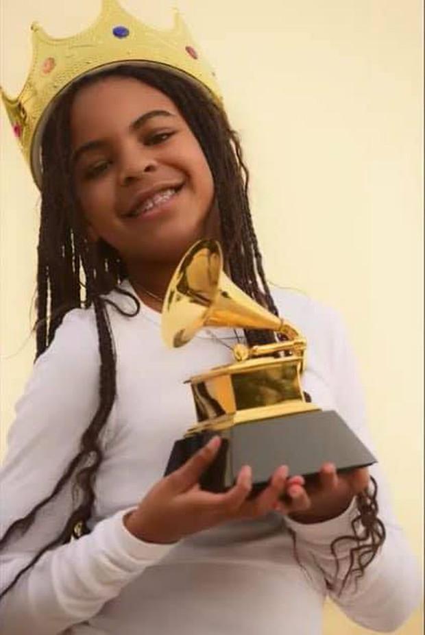 Người cả đời chưa cầm cúp Grammy, có cô bé mới 9 tuổi đã sở hữu Grammy đầu tiên, không biết dùng làm gì nên lấy làm bình sữa? - Ảnh 3.