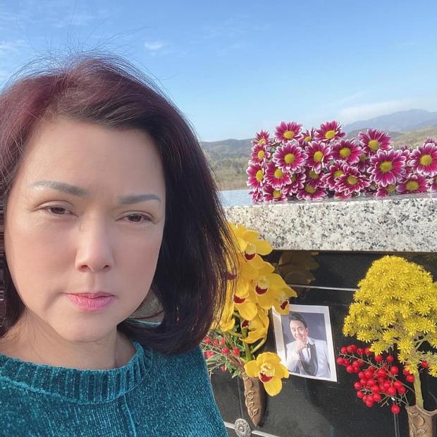 100 ngày NS Chí Tài qua đời: Ca sĩ Phương Loan lộ mắt sưng húp bên di ảnh, dàn sao Vbiz đến viếng kèm chia sẻ xúc động - Ảnh 2.