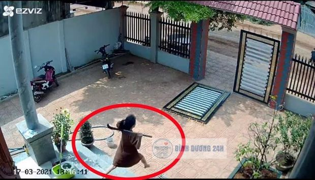 Clip: Trộm liều lĩnh phá cổng sắt giữa ban ngày, vợ cầm rựa trong nhà lao ra bảo vệ chồng khi bị tấn công - Ảnh 3.
