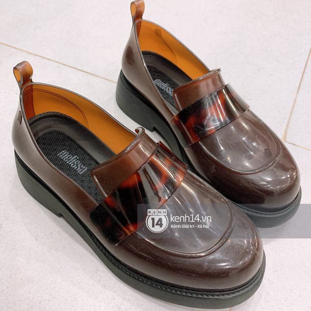 Giày nhựa đi mưa giờ đẹp xịn trendy bất ngờ, mình mua về mà mê chữ ê kéo dài - Ảnh 1.