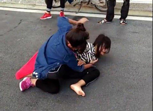 Hà Nội: Nữ sinh đánh nhau lột áo, nhiều bạn đứng xem không can ngăn còn quay clip - Ảnh 1.
