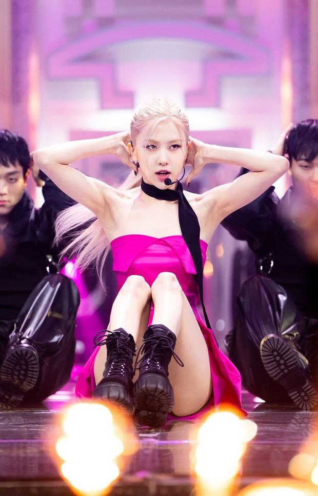 Rosé ngồi thụp xuống sau màn solo, dân mạng than: Đâu phải giọng ai cũng ổn định được như Wendy hay Solar - Ảnh 1.