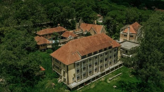 Ngôi trường bí ẩn nhất Đà Lạt: rộng 7 ha, cổ kính như trời Âu, từng khiến thí sinh Cuộc Đua Kỳ Thú sợ chết khiếp - Ảnh 1.