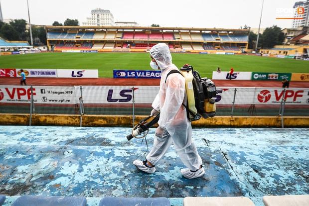 Sân Hàng Đẫy phun khử khuẩn trước khi mở cửa đón 2000 khán giả - Ảnh 1.