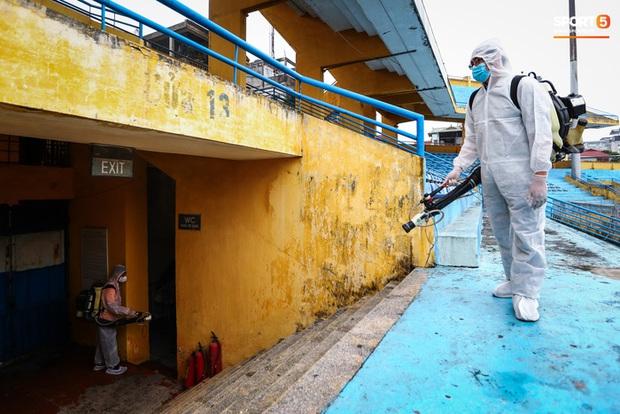 Sân Hàng Đẫy phun khử khuẩn trước khi mở cửa đón 2000 khán giả - Ảnh 2.