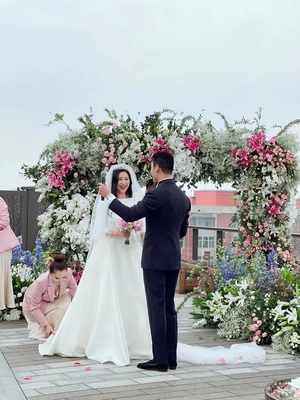Đám cưới hot nhất Cbiz hôm nay: MC lọt top 30 gương mặt đẹp nhất thế giới bất ngờ kết hôn, profile chú rể gây choáng - Ảnh 2.