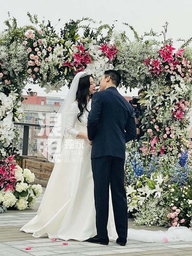 Đám cưới hot nhất Cbiz hôm nay: MC lọt top 30 gương mặt đẹp nhất thế giới bất ngờ kết hôn, profile chú rể gây choáng - Ảnh 3.
