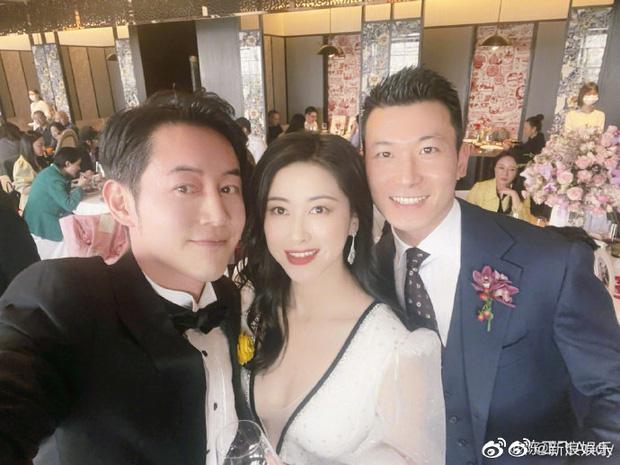 Đám cưới hot nhất Cbiz hôm nay: MC lọt top 30 gương mặt đẹp nhất thế giới bất ngờ kết hôn, profile chú rể gây choáng - Ảnh 4.