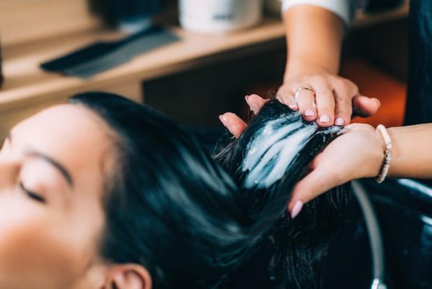 Bạn có biết thời điểm nào gội đầu khoa học nhất để bảo vệ da đầu và mái tóc của mình chưa? - Ảnh 5.