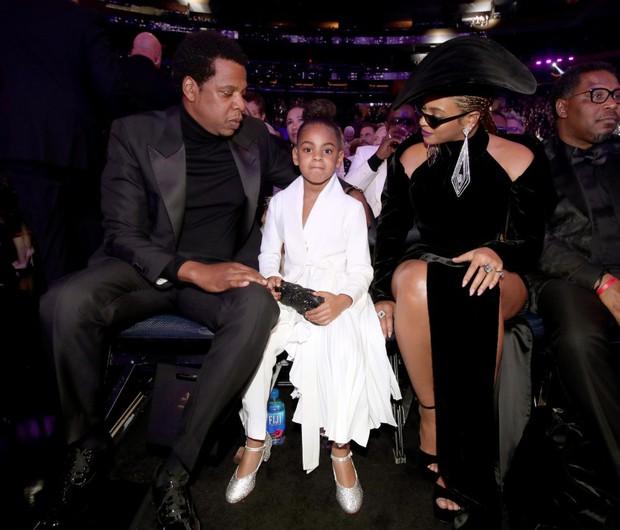 Người cả đời chưa cầm cúp Grammy, có cô bé mới 9 tuổi đã sở hữu Grammy đầu tiên, không biết dùng làm gì nên lấy làm bình sữa? - Ảnh 2.