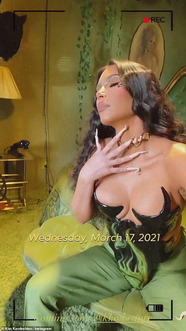 Kim Kardashian diện bộ cánh đỡ không nổi vòng 1 phồn thực chực trào, nhưng đập vào mắt lại là bộ nail xoắn tít kì dị - Ảnh 2.