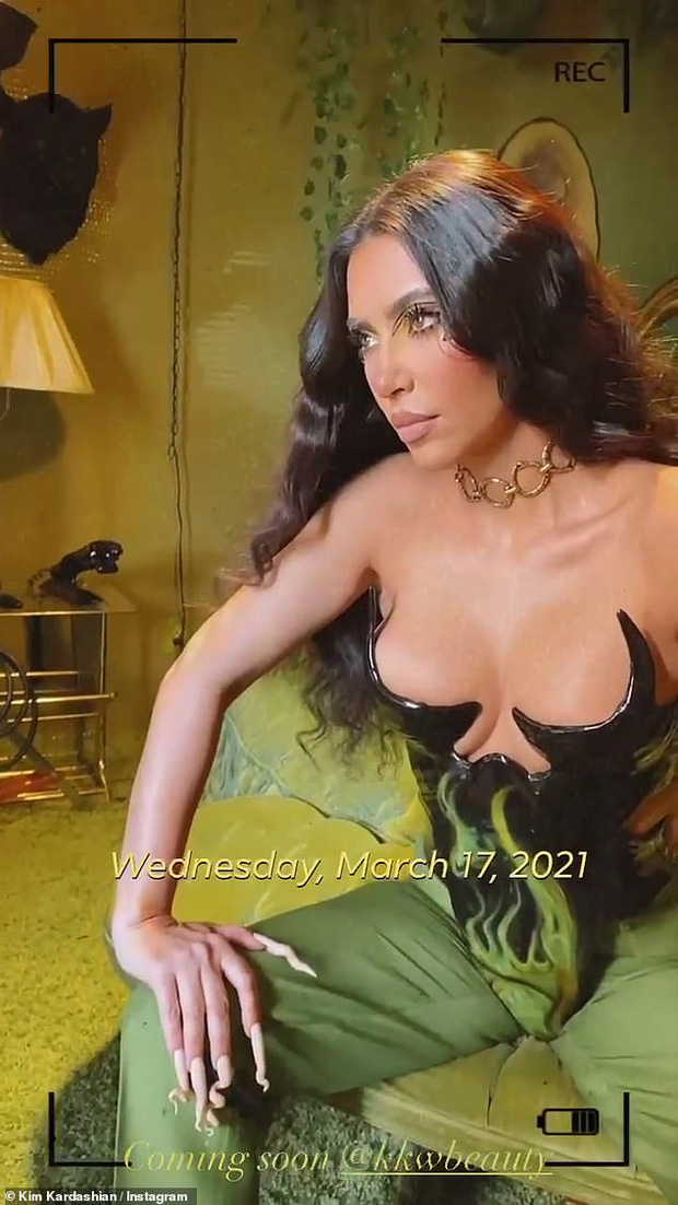 Kim Kardashian diện bộ cánh đỡ không nổi vòng 1 phồn thực chực trào, nhưng đập vào mắt lại là bộ nail xoắn tít kì dị - Ảnh 4.
