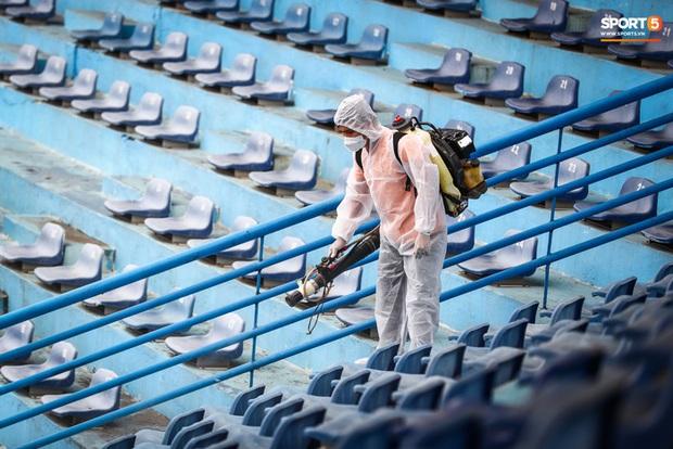 Sân Hàng Đẫy phun khử khuẩn trước khi mở cửa đón 2000 khán giả - Ảnh 3.