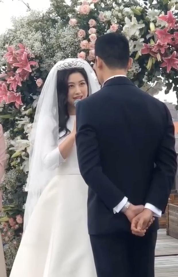 Đám cưới hot nhất Cbiz hôm nay: MC lọt top 30 gương mặt đẹp nhất thế giới bất ngờ kết hôn, profile chú rể gây choáng - Ảnh 6.